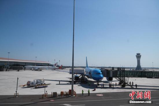 资料图:北京大兴国际机场停机坪。<a target=